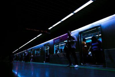 Почему человек в метро пытается сесть с краю?